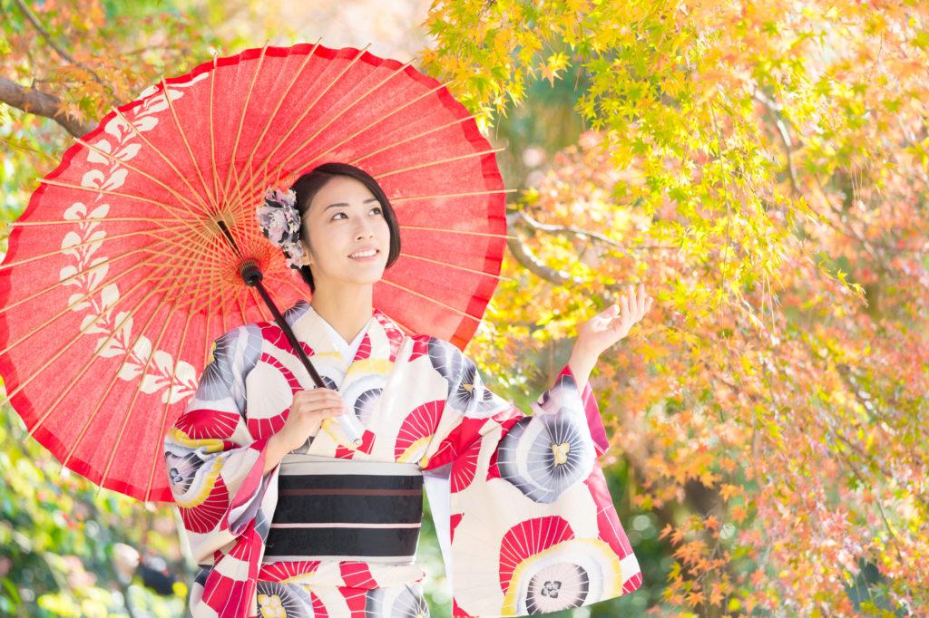 和傘を差した女性