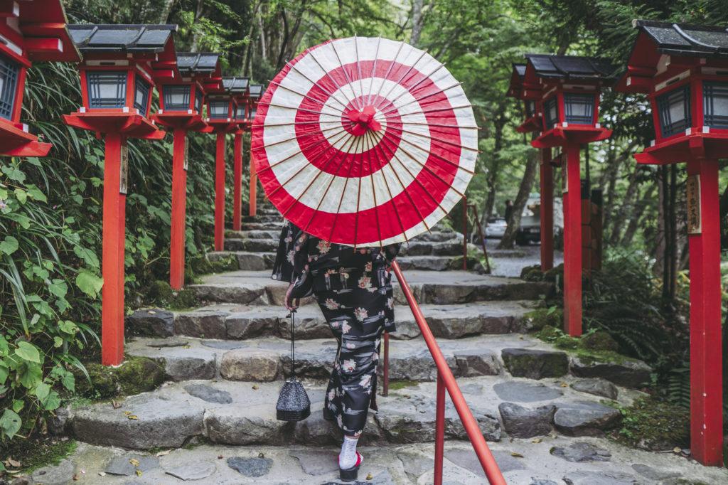 貴船神社を歩く和傘の女性